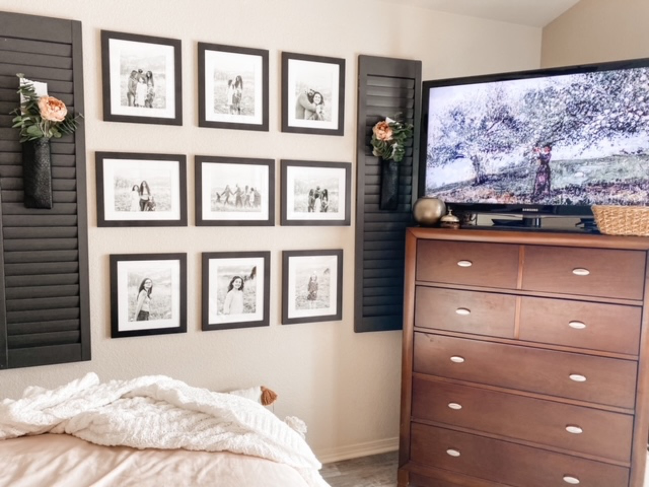gallery wall for bedroom